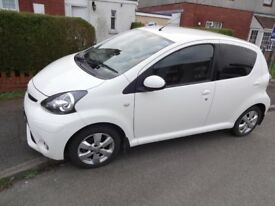 Superb white 1 litre, Toyota Aygo Fire, 5 door, low mileage ,excellent in and out.