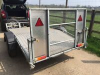 Compact trailer with beaver tail ramp