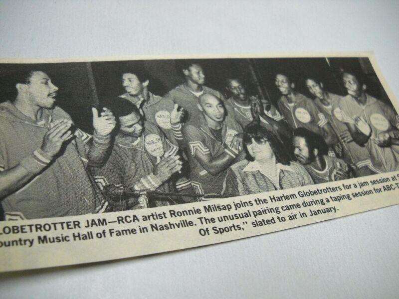 RONNIE MILSAP jams w/ the Harlem Globetrotters 1978 music biz promo pic/text