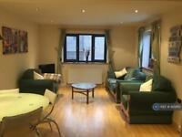 3 bedroom flat in New Goulston Street, London, E1 (3 bed)