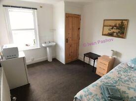 Quiet, Clean & Bright Double Room ✔ 7 Min Walk to Town ✔ Fibre WiFi ✔ Friendly & Flexible Landlord