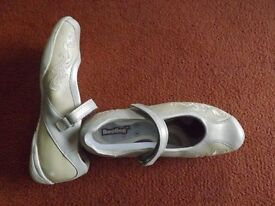 Clarks Leather Bootleg white shoes size 5