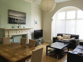 LARGE DOUBLE bedroom. Friendly ROUNDHAY House Share. ALL BILLS INC.