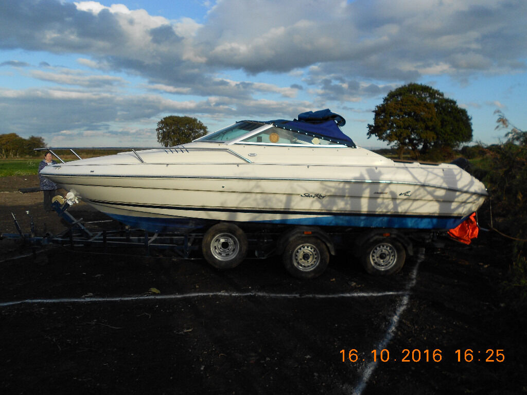 SEA RAY 20 FOOT SPORTS / POWER BOAT WITH INBOARD V8 ENGINE AND BRAKED TRAILER