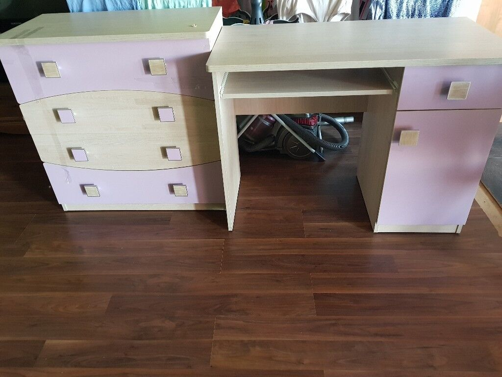 Wardrobe and deskin Kirknewton, West Lothian - Both in great condition Perfect for girls bedroom Please text me 07783144635