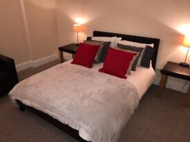 Luxury serviced 2 bedroom apartment. 200m from the beach for nightly or short let.