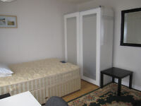 A large double room to let £430 pm- A quiet room