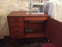 Fold away Singer sewing machine, very good condition, model no. 611G