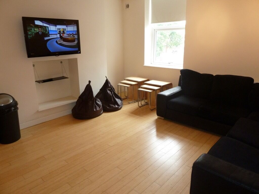 DOUBLE ROOM AVAILABLE IMMEDIATELY IN HOUSE SHARE IN HEATON - £325pcm BILLS INCLUDED