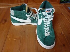 MENS NIKE GREEN HI TOP TRAINERS - SIZE 10