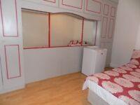 Lovely Double bedroom in female house in Salford