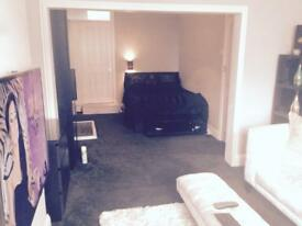 AVAILABLE NOW Large open plan studio ensuit bedroom and living room..shared communal kitchen