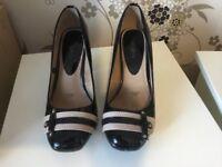 Ladies court heels 8 EEE