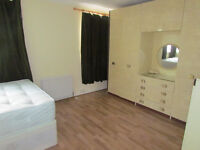 LARGE DOUBLE ROOM TO RENT IN A HAINAULT (IG6) 15 -25 MIN TO STARTFORD & LIVERPOOLE STATION
