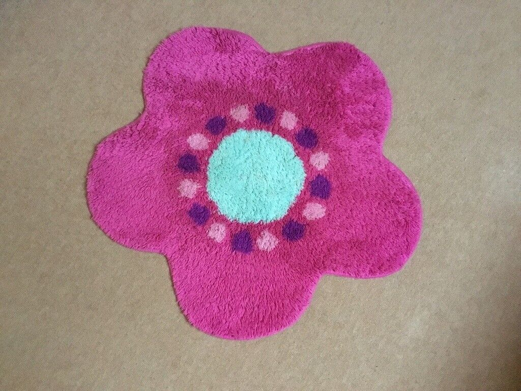 Rug Flower Shaped Mainly Pink With Aqua Centre Pinkpurple