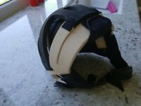 Neoprene helmet with black rubber lining, suitable for all water sports. Adjustable buckle. Size M.