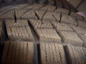 2 pneus d'hiver 235/70/16  Bridgestone Blizzak DM-V1, ÉTAT NEUF