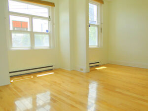 2BDRM QGRADS SEPT OR OCT AVAIL SUNNY LAUNDRY PARKING