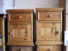 A PAIR OF QUALITY PINE BEDSIDE TABLES