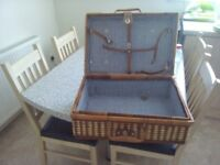 Picnic hamper with handle. Wicker. Lined.