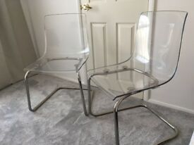Two transparent set with metal legs chairs