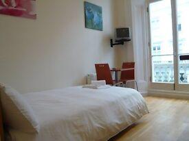 Studio flat in Queensborough Terrace, Bayswater