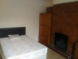 DOUBLE ROOM TO RENT IN SHARED HOUSE OPPOSITE MORRISONS ON BASINGSTOKE ROAD