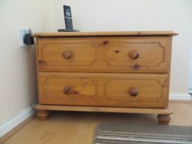 SOLID WOOD 2 DRAWER CHEST WITH SEAT ON TOP. IN VERY GOOD CONDITION