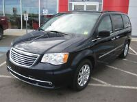 2011 Chrysler Town & Country Touring w/Leather | Loaded!| Seats