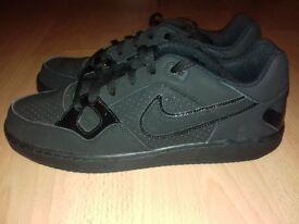 Nike trainers (Plain black)