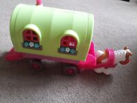 Happyland roaming rose caravan