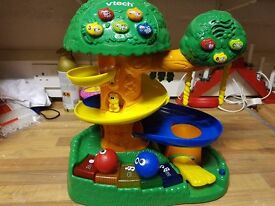 VTECH DISCOVERY TREE HOUSE WITH 2 BALLS