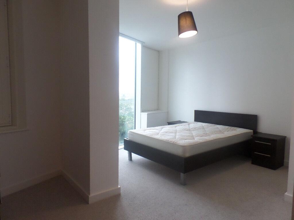 *Stratford* 1 bedroom corner unit offering huge living space close to Stratford Station with Gym