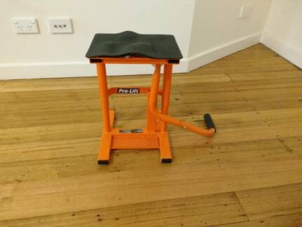 Motorbike stand with adjustable height