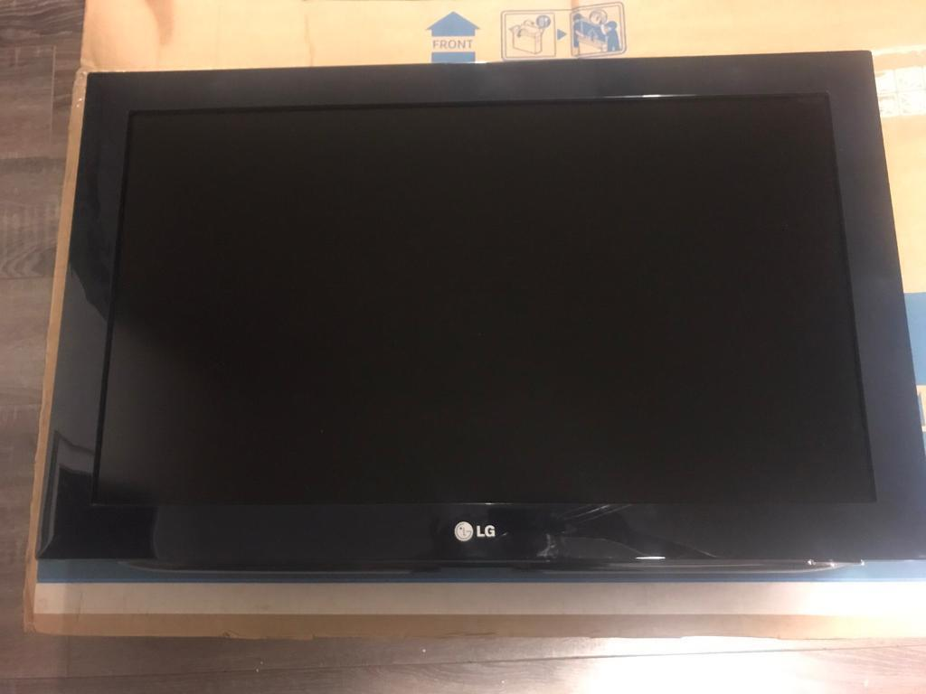 """LG 32"""" LCD TV Full 1080p HD with remote. Wall bracket included."""