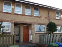 Modern house, reserved parking, two double beds, kitchen, separate lounge, garden near shops, buses