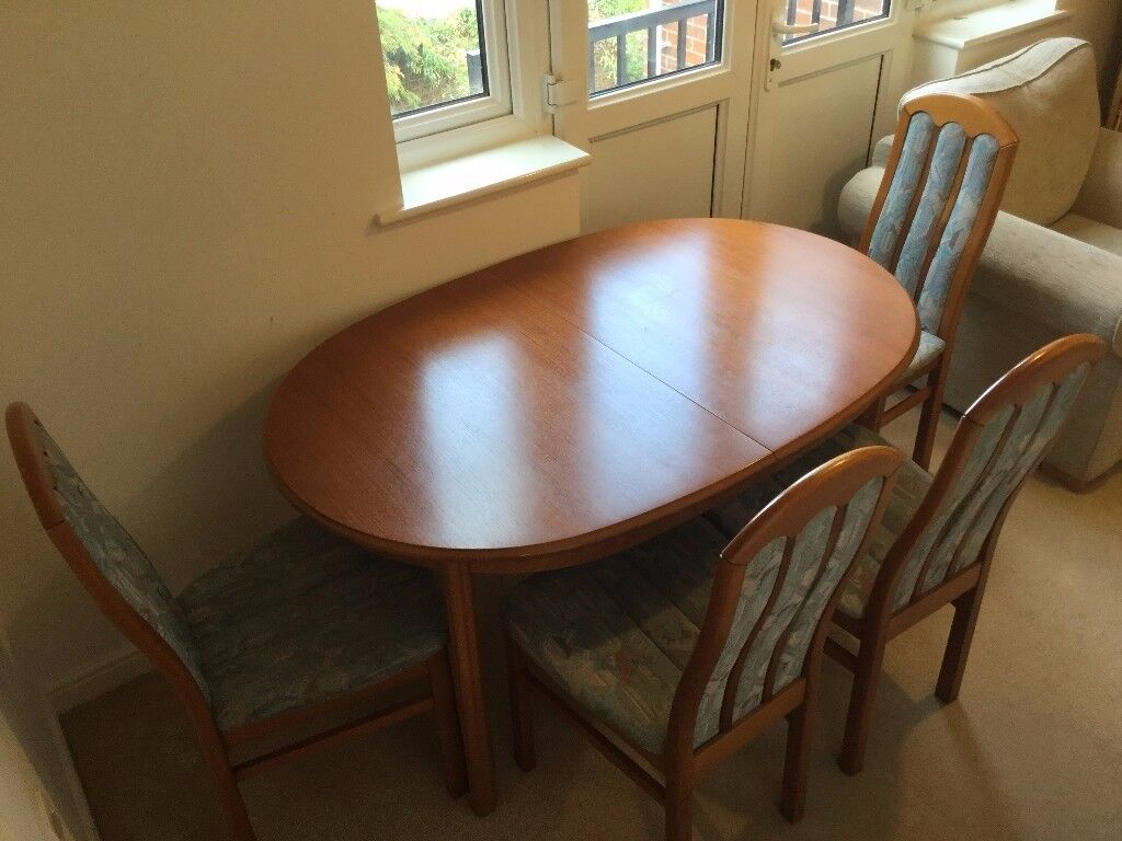 Extendable Wooden Dining Table with 4 chairs