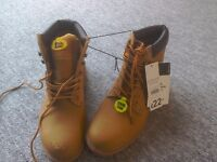 Brand new pair of men's boots size 12