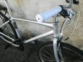 BARGAIN Men or ladies Giant hibrid bike. Very good condition. Alumninium frame Very light.