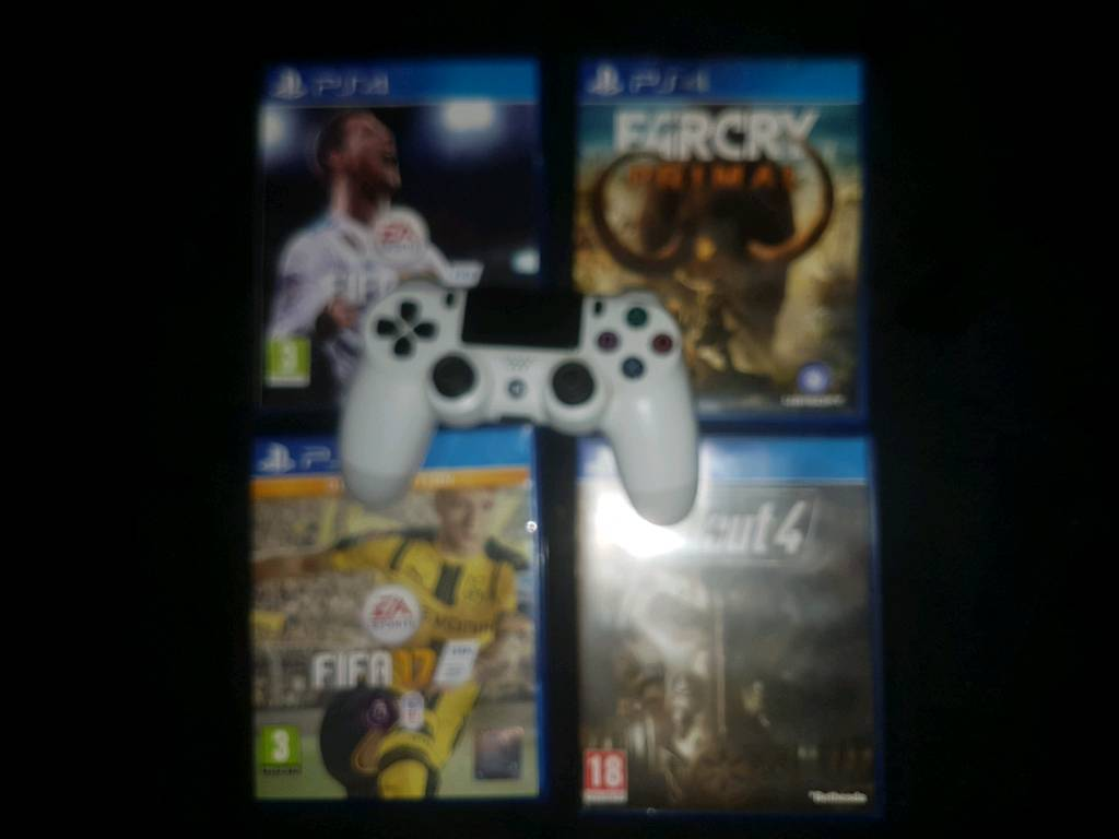 Ps4 controller with fifa18 and 3 other games
