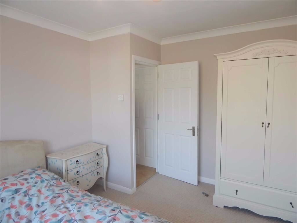 First floor double room is available on a quiet residential road in Stanmore