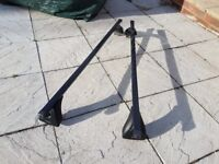 Two Exodus (Halfords) 120cm roof bars with Fixpoint type mounts.