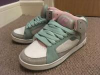 Size 5 women's Etnies high tops in perfect condition