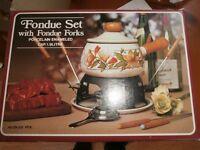 Fondue Set with 6 x fondue forks. Porcelain Enamelled .Cap 1.9litres