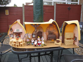 SNOW WHITE PLAYSET WITH ACCESSORIES AND 7 DWARFS