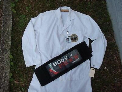 Body of Proof: Lab-Coat, Ausweis und Chairback Dr. Ethan Gross (Geoffrey Arend)