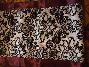 Lot of 21 flocked damask runners with plum trim