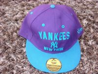 Snap back Yankees new york hat.