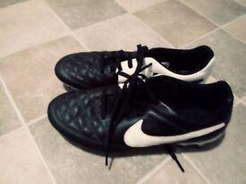 football boots nike black&white