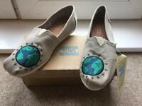 Women's TOMS size 5 NEW